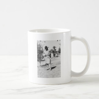 1920 s Lady in dress with hat playing banjo Mugs