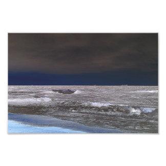 Barcos en el mar de hielo desde la costa fotos