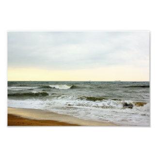 Barcos y oleaje desde la orilla de la playa impresión fotográfica