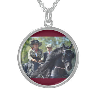carriage driving round pendant necklace