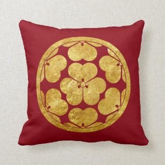 Chosokabe Mon Japanese samurai clan in faux gold Throw Pillow