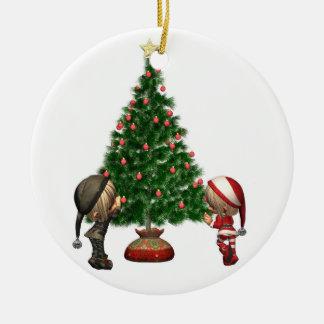 Christmas Elves - decorate the tree Round Ceramic Decoration
