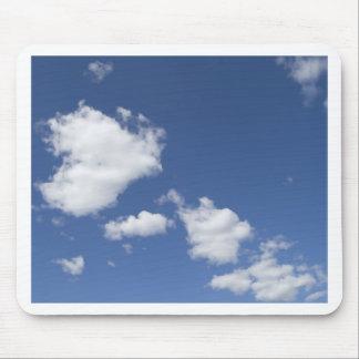 cielo  azul con nubes blancas mouse pads