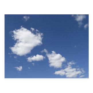 cielo  azul con nubes blancas postcard