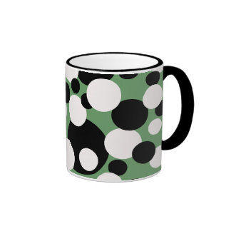 Circles in black and white on green, mug