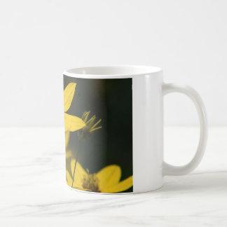 coffee mug with yellow daisy