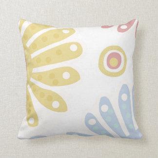 Daisy Daisy. Flower print in full colour Throw Pillow