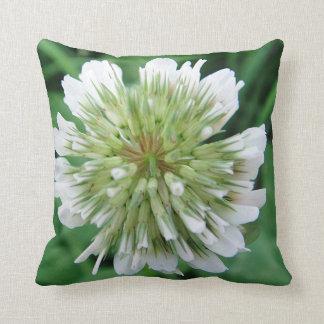 Dekokissen large white Kleeblüte Throw Pillow