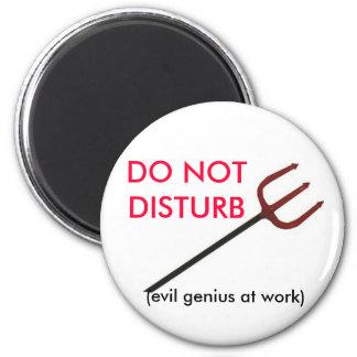 DO NOT DISTURB, (evil genius at work) 6 Cm Round Magnet