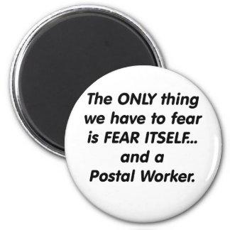 Fear postal worker 6 cm round magnet