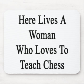 Here Lives A Woman Who Loves To Teach Chess Mouse Pad