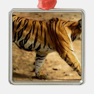 Hi-Res Tigres Stalking Metal Ornament