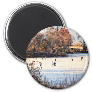 Ice Skaters 6 Cm Round Magnet