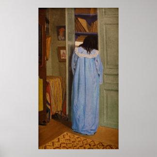 Intérieur, femme en bleu fouillant dans une armoir poster