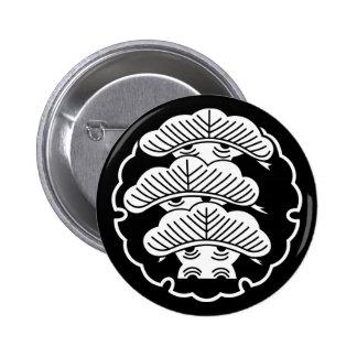 It appears in the snow wheel, three floor pine 6 cm round badge