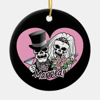 Just Married skulls Round Ceramic Decoration