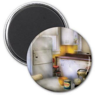Kitchen - A 1960's Kitchen 6 Cm Round Magnet