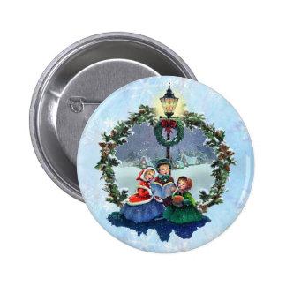 LITTLE CAROLERS & WREATH by SHARON SHARPE 6 Cm Round Badge