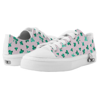 Low top shoes with clover leaves on pink printed shoes