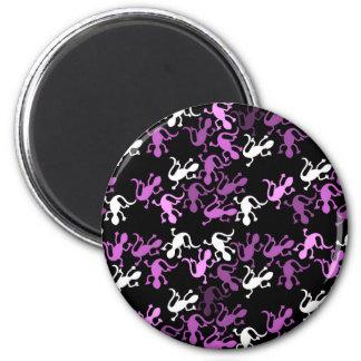 Magenta lizards pattern 6 cm round magnet
