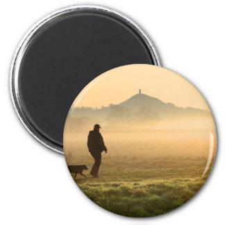 Man and Dog Mountain Mist 6 Cm Round Magnet