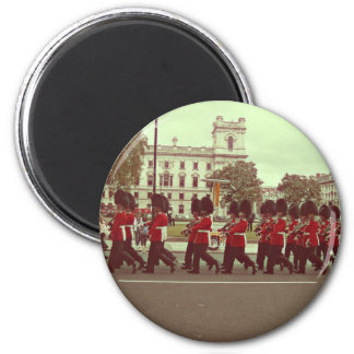 Marching guards at buckingham palace 6 cm round magnet