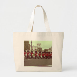 Marching guards at buckingham palace tote bag