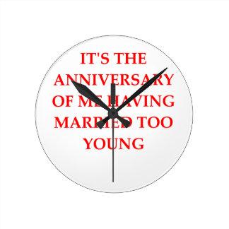 MARRIED ROUND CLOCK