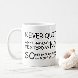 NEVER QUIT! COFFEE MUG