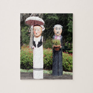 Old married couple sculptures puzzle