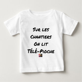 ON the BUILDING SITES ONE READS TÉLÉ-PIOCHE - Word Baby T-Shirt