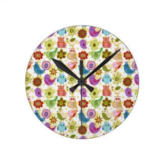 padrão divertido de flores e passaros clocks