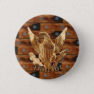 Patriot on wood background 6 cm round badge