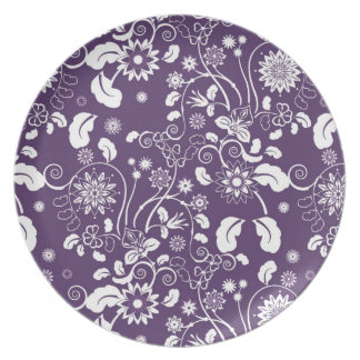 Plate with white decorative flowers