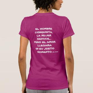 PLAYERA FEMENIL  EL HOMBRE CONQUISTA, LA MUJER SED TSHIRTS