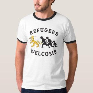Refugees Welcome Suomileijona auttamassa t-paita T-Shirt