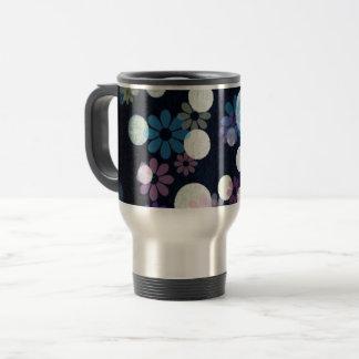 Retro flowers on grunge white spots travel mug
