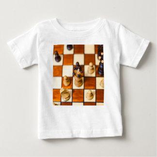 Schachbrett mit Dame im Vordergrund Baby T-Shirt