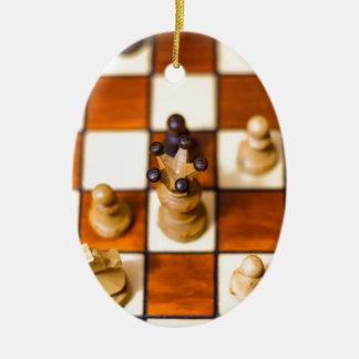 Schachbrett mit Dame im Vordergrund Ceramic Oval Decoration