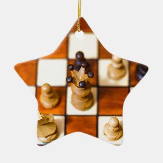 Schachbrett mit Dame im Vordergrund Ceramic Star Decoration