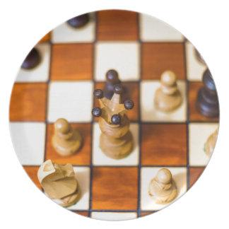 Schachbrett mit Dame im Vordergrund Plate