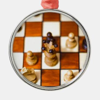 Schachbrett mit Dame im Vordergrund Silver-Colored Round Decoration