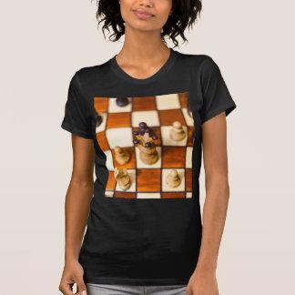 Schachbrett mit Dame im Vordergrund T-Shirt