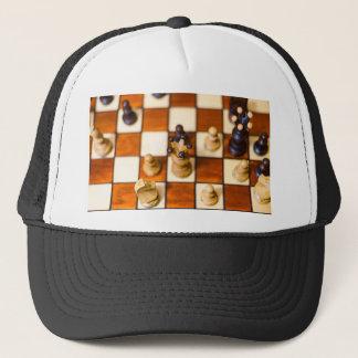 Schachbrett mit Dame im Vordergrund Trucker Hat