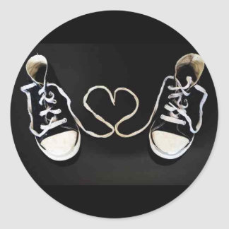 Shoestring heart round sticker
