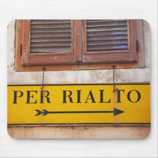 Sign pointing the way to the Rialto Bridge, Mouse Pad