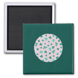 Square magnet with clover leaves on pink