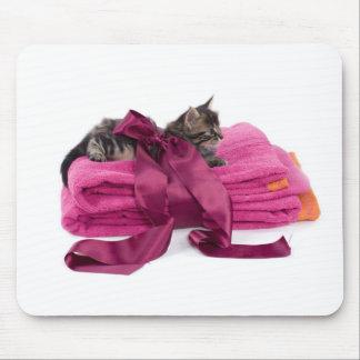 Tabby Kitten on pink towels Tapis De Souris