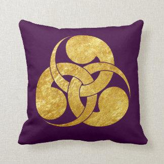 Tadpole Mon Japanese samurai clan in faux gold Cushion