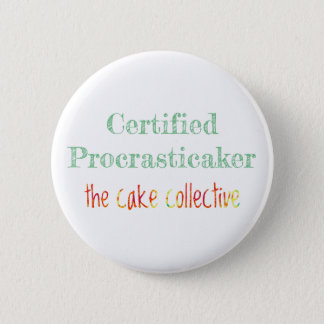 The Cake Collective - Certified Procrasticaker 6 Cm Round Badge